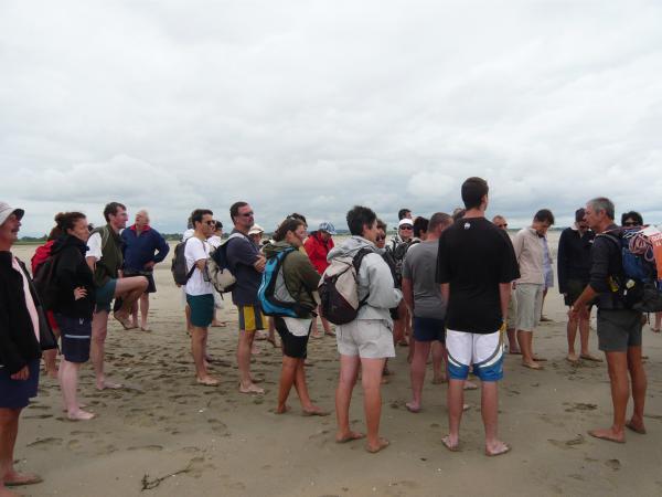 On écoute le guide expliquez les effets de la marée dans la baie du Mt St Michel (Eté 2009)