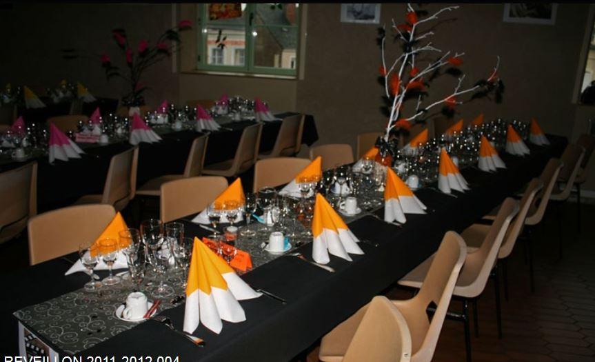 Pour égayer l'espace d'une soirée de fête la salle rustique de Conlie, nous l'avons habillé de touches acidulées comme nos tenues de fête et le repas gastronomique préparé par jean Luc Haudry du Restaurant du Midi de Domfront en Champagne a ravi nos papilles.