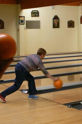 Bowling : une activité que les adultes découvrent ou redécouvrent dans la bonne humeur à chaque RDV mensuel