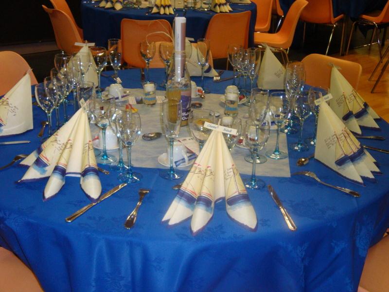 Un bleu pur pour une ambiance à table à la fois marin et sophistiqué... Nos tables portent chacune le nom d'une Ile... de jolis galets ont été peints par nos adhérents pour l'agrémenter...
