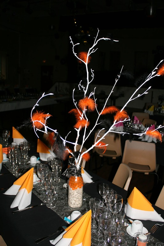 Noir et blanc, sont les couleurs de base de notre déco de réveillon 2011 et de vos tenues de soirée. Pour l'égayer, nous avons fait notre déco de salle et de tables avec des touches accidulées. Belle réussite dans cette salle rustique à Conlie.